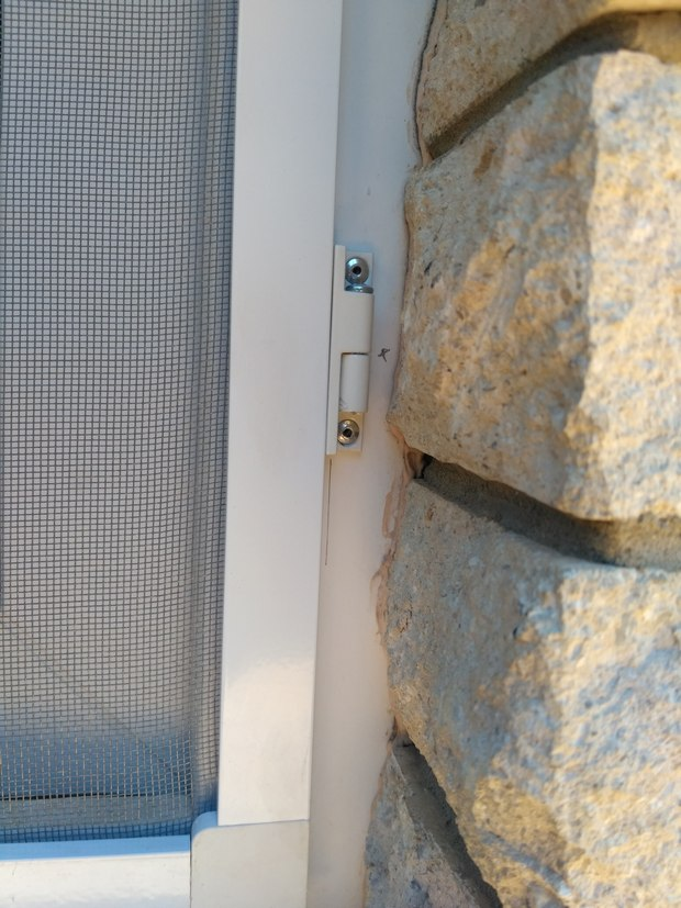 Распашная оконная москитная сетка на петлях