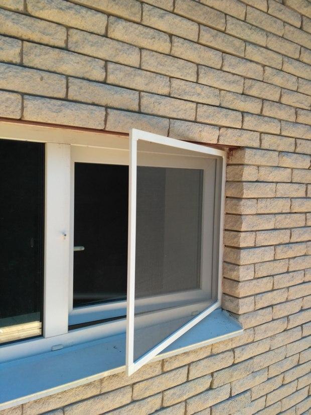 Распашная москитная сетка на окно